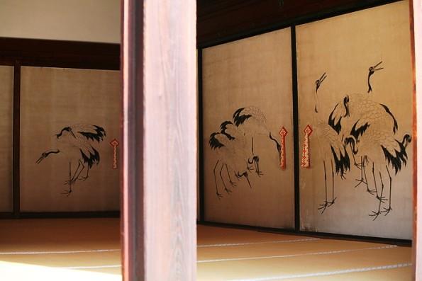 Изображение танцующих журавлей на раздвижных стенах